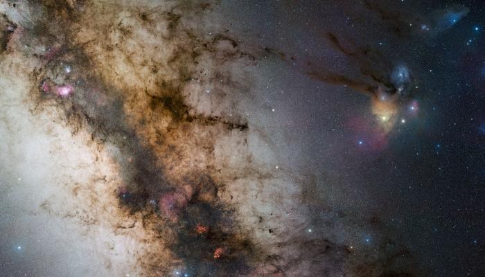 Eine Weitfeld-Aufnahme der Milchstraße mit diversen Gasnebeln. | Foto: ESO/S. Guisard (www.eso.org/~sguisard)